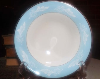 Early mid-century (1940s) Barratts Delphatic White BTT47 cereal, soup, or salad bowl. Blue verge, white leaves, platinum edges and accents.