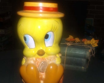 Vintage (1993) Tweety Bird | Looney Tunes | Warner Brothers large cookie jar with lid. Made in Taiwan by Certified International.  Too cute.