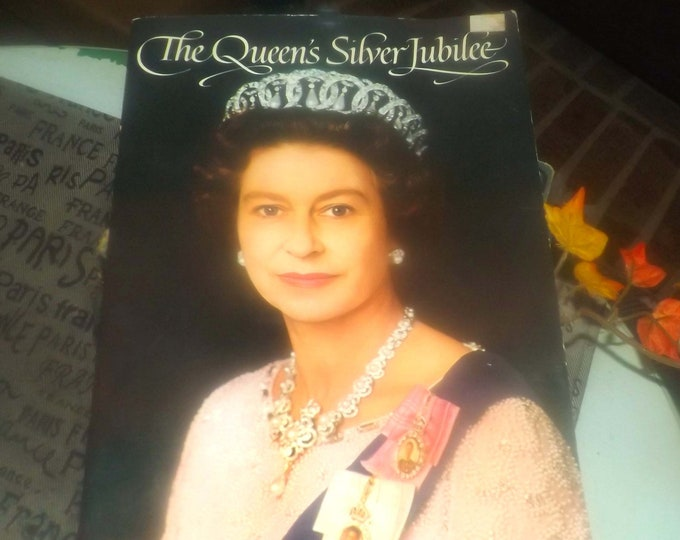 Vintage (1977) Queen Elizabeth II Silver Jubilee commemorative book. Full-page, full-colour photos. Written Olwen Hedley printed by Pitkin.