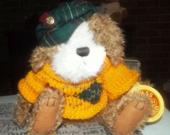 """Vintage (1997) Pickford Brass Button Bears Augie the """"Dog of Friendship"""". Knitted sweater, tartan tam. Original tags."""