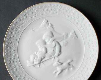 Vintage (1985) Avon A Child's Christmas porcelain bisque decorative plate made in Germany.