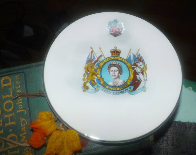 Vintage (1977) Queen Elizabeth II Silver Jubilee plate by Prince William Pottery. Exclusive edition. Original label, platinum edge.