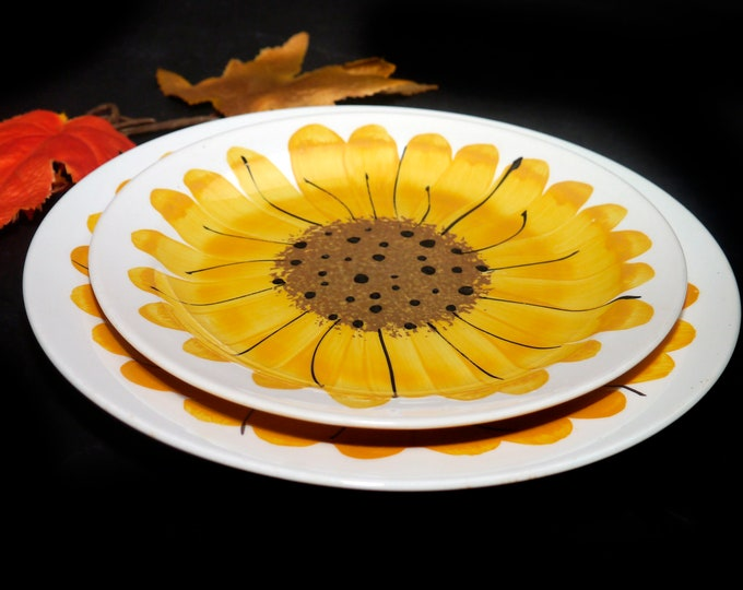 Pair of vintage (1960s) Island Worcester Sunflower hand-painted plates of dinner and salad. Vera Neumann design made in Jamaica.