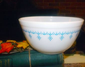 Vintage (1970s) Pyrex Snowflake Blue 7"