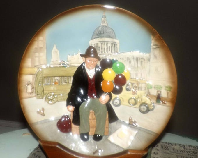 Vintage (1980) Royal Doulton Character Plate Series - The Balloon Man D6655.  Based on the Harradine original of the 1940s.