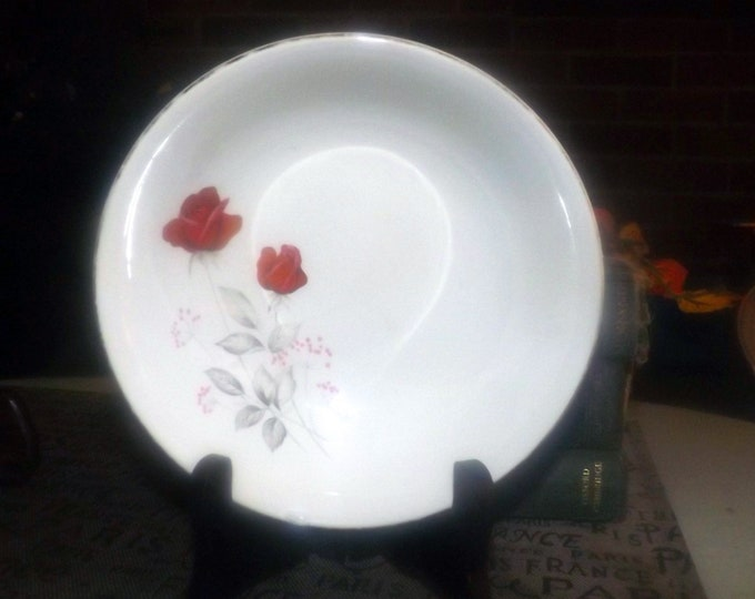 Early mid-century (late 1940s) Crown Essex CSX3 cereal bowl. Bright red roses, 22K gold edge.