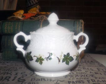 Late mid-century (late 1950s) Simpsons Potters Old English Concord covered sugar bowl. Green ivy | grape leaves, basketweave detail.