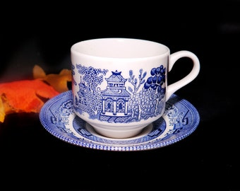 Vintage (1980s) Churchill Blue Willow cup and saucer set. Classic blue-and-white Chinoiserie motif made in England.