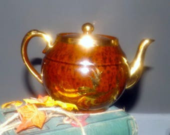 Early mid-century (1940s) Gibsons T720 hand-painted teapot with lid. Gilded Tortoise Shell Hollywood Regency Style. Gold leaves, accents.