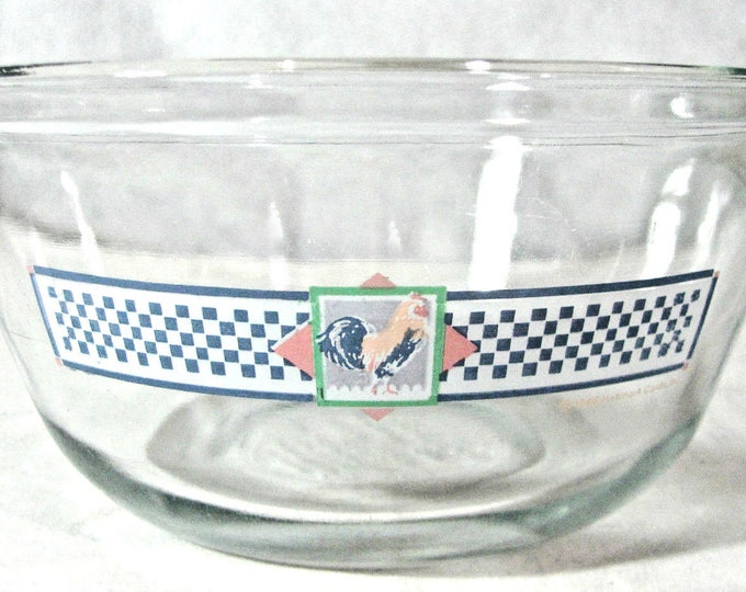 Vintage (1986) Anchor Hocking | Anchor Ovenware 1.5-qt glass mixing bowl. Etched glass rooster, blue checked band. Hallmark Country Kitchen.