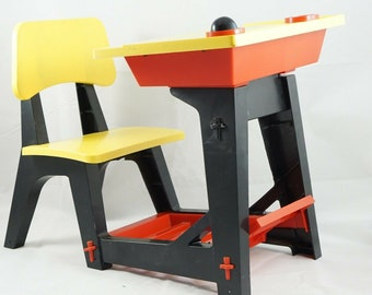 Vintage (1962) Suzy Smart Deluxe Reading | Ideal Toy Accessory play set of school desk, chair, easel and chalk board. Excellent condition.