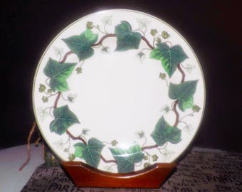 Vintage (1960s) Wedgwood Napoleon Ivy large dinner plate | charger. Green ivy leaves, brown branches | vines, green edge. Queen's Ware.
