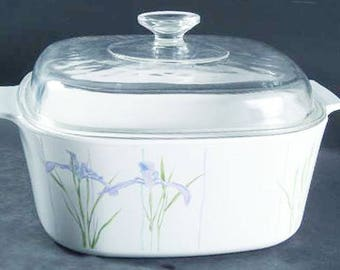 Vintage (1980s) Corelle | Corning USA large 5-quart Shadow Iris handled casserole with original glass lid. Purple flowers and greenery.