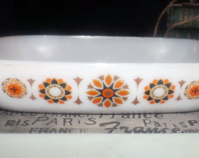Vintage (1970s) JAJ England Toledo English pyrex handled macaroni and cheese pan | lidless casserole. Gold, brown stylized florals.