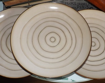 Vintage (1996) Cuisinart Micro large, coupe-shape dinner plate. Concentric brown rings.