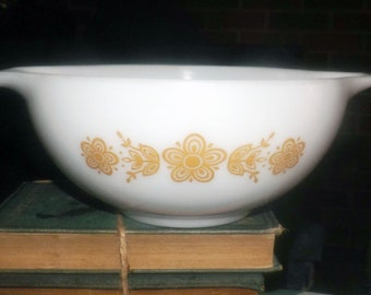 Vintage (1970s) Pyrex USA Butterfly Gold 443 2.5 qt Cinderella mixing bowl. Gold-tone floral band, white ground. Made in USA.