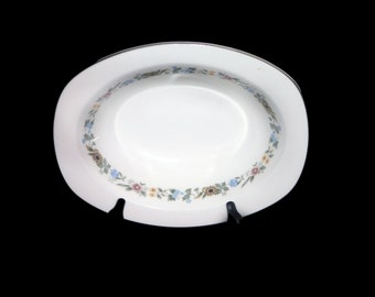 Vintage (1980s) Royal Doulton Pastorale H5002 oval rimmed vegetable serving bowl made in England. Sold individually.