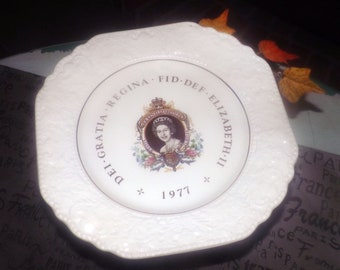 Vintage (1977) Lord Nelson Pottery Queen Elizabeth II Silver Jubilee Commemorative Plate. Floral creamware rim. Made in England.