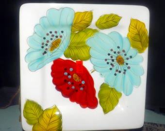 Super duper flower power.  Laurie Gates square salad plate. Flower power, huge red and blue flowers, green leaves on white.