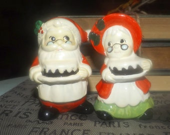 Vintage (1960s)  NAPCO | Giftcraft Japan Mr. & Mrs. Claus hand-painted salt and pepper shakers. Great Christmas table decor.