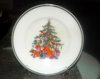 Mid-century (1950s) Wood & Sons Noel (older) Christmas dinner plate. Teddy and gifts under a decorated tree. Too cute.
