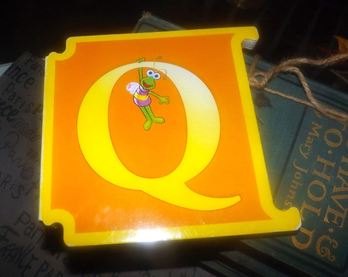 Vintage (1997) Sesame Street Letter Q: The Quiz Show hard-cover interlocking book. ABCs Muppets Reader's Digest Young Families. Italy import