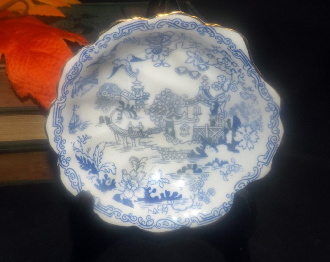 Antique (pre 1921) Royal Albert Crown China Blue Willow shell-shaped bon bon   nut   candy dish made in England.