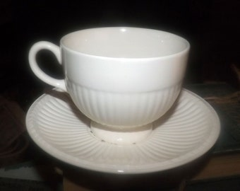 Quite vintage (1930s) Wedgwood Edme Conway AK8384 tea set (flat cup with matching saucer). Multicolor flowers.