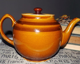 Mid-century (1950s) Sadler large Brown Betty teapot. Rockingham brown body with dark brown accent bands. Classic.