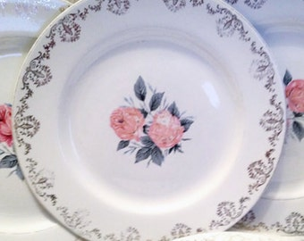 Early mid-century (1940s) Barratts Delphatic White BTT43 dinner plate. Pink roses, gold scrolls along perimeter, inset gold band