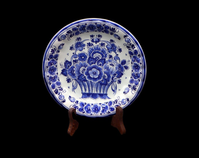 Vintage (1960s) Delft Handwerk blue-and-white display plate made in Holland. Classic blue dutch florals on white.