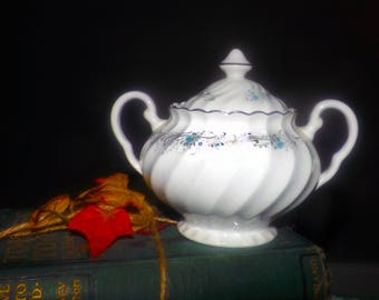 Vintage (1960s) Sovereign Potters Charmian R110-62 covered sugar bowl.