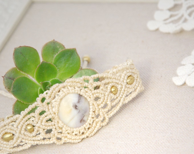 Macrame beig bracelet with agate and brass, nickel free, fairy bracelet, mystic jewelry, amulet stone, talisman yoga, tribal jewelry