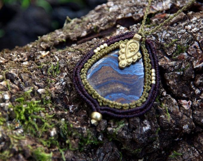 Macrame necklace with iron tiger eye (ferrous tiger eye) and brass, goddess amulet, macramé pendant, fairy jewelry, talisman, nickel free