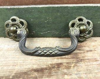 A good quality antique style brass pull furniture drawer handle MK10