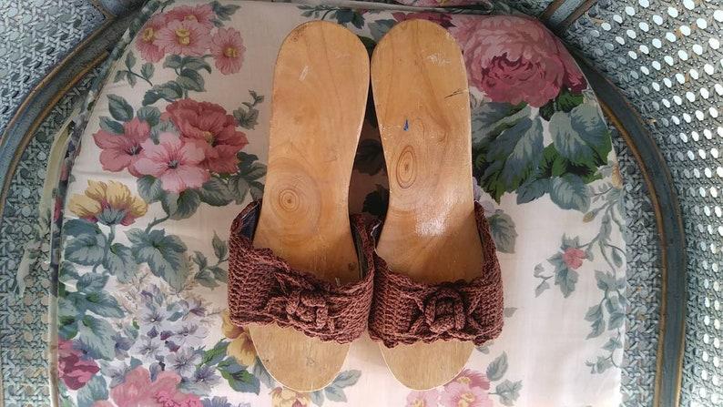 Tropical Vintage Carved Tiki Hut Wood Floral Crochet Sandal Wedges Size 6.57