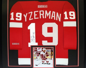 aebb5986e51 Steve Yzerman Detroit Red Wings Signed red jersey NHL Hockey Collector Frame