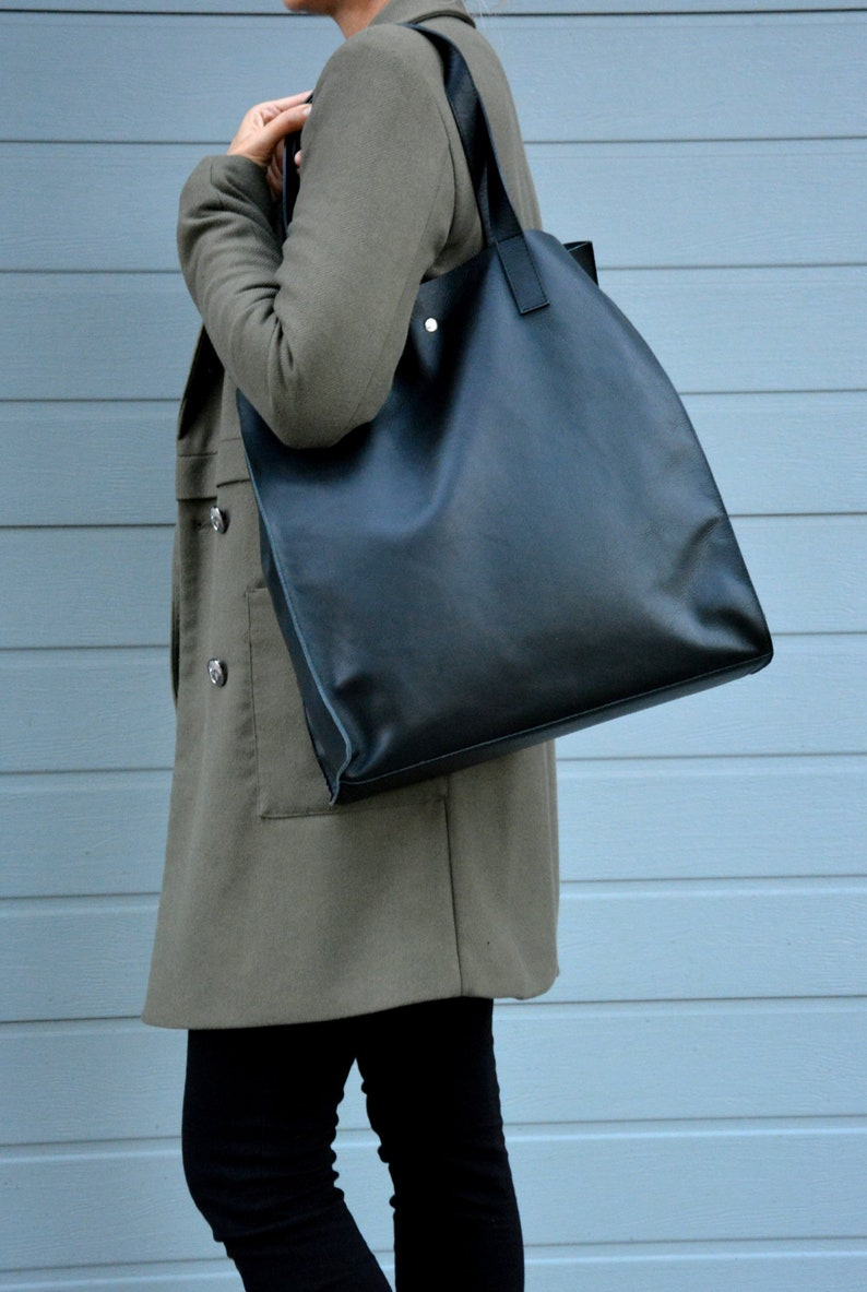 f09395ad5b2cd Torebka skórzana HULDA duża czarna minimalistyczna torba | Etsy