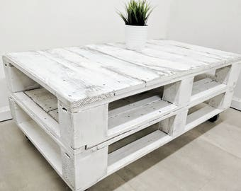 Distressed Aged White Pallet Coffee Table LEMMIK made of Reclaimed Timber, Whitewashed, Shabby Chic Design, Bohemian Vibe Living Room Decor