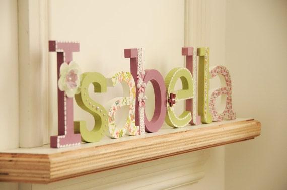 Nom de lettre en bois, à la main peint et décoré des lettres bois pour chambre de bébé chambre de bébé/enfant, couleurs douces et pastel clair vert et mauve, lettres Craft