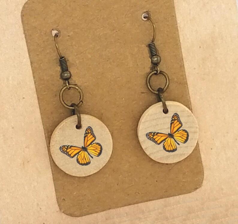 3946bbc3ab9 Mariposa aretes pendientes madera mariposa aretes madera bronce cuelgan  aretes monarca Clip en pendientes pendientes con clip único pendientes