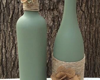 Sauge peint à la main des bouteilles de vin avec des fleurs de ficelle et toile de jute. Lot de 2