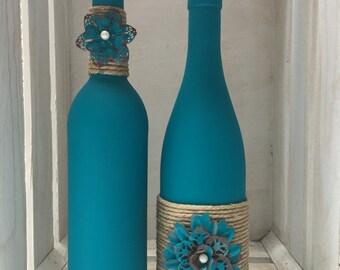 Sarcelle d'hiver craie peints bouteilles de vin avec des ficelles et métal fleurs