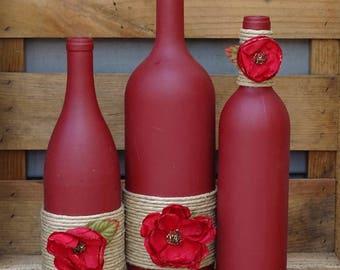 Lot de trois bouteilles de vin peinte à la main Bordeaux avec ficelle et fleurs