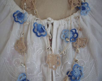 Necklace in beige cotton, blue and seashells