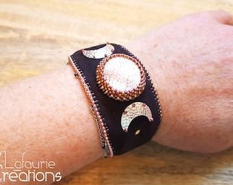 Manchette rigide ajustable Triple lune, Scolécite brodée sur Nubuck de perles miyuki