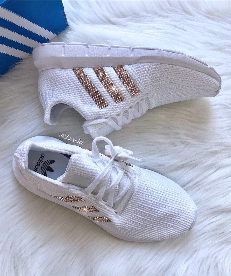 e2a2dd7c1a927 Swift Run Casual chaussures Swarovski femmes Adidas personnalisé avec Rose  or Swarovski Crystals.