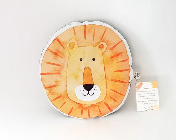 Cojín ilustrado León ROBERTO / Roberto lion cushion for nursery decor