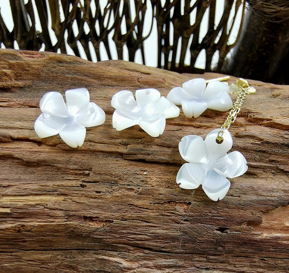 10pcs 12mm Carved White Mother of Pearl Sakura Flower Charms