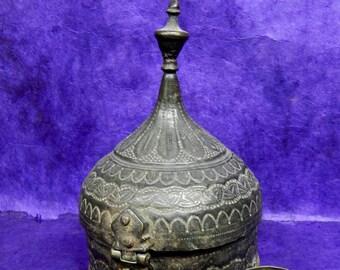 Old box Mughal Paan 1.4 Betel Nut kg Metal carved Ø = 15, 5cm H = 23cm India